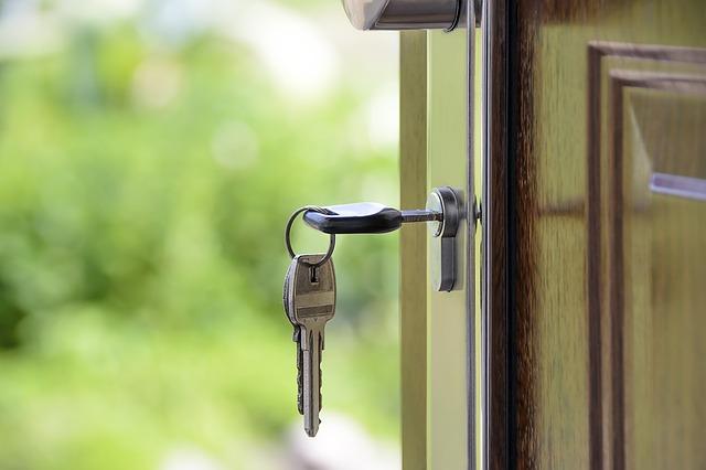 klíče ve dveřích.jpg