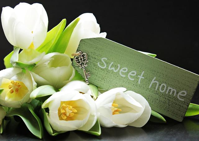 cedulka u květin