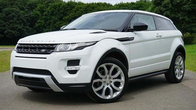 bílý range rover